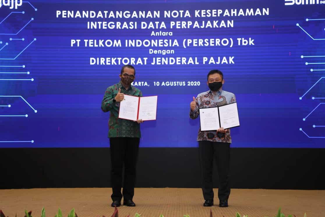 Direktur Jenderal Pajak Suryo Utomo (kiri) dan Direktur Utama Telkom Ririek Adriansyah