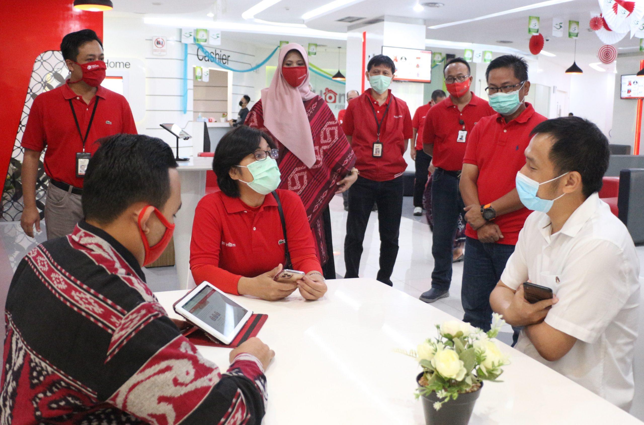 Direktur Consumer Service Telkom FM Venusiana R (ketiga dari kiri) berbincang dengan pelanggan yang mengunjungi Plasa Digital Telkom di Jalan Pahlawan Semarang dalam menyambut Hari Pelanggan Nasional 2020, Jumat (4/9).
