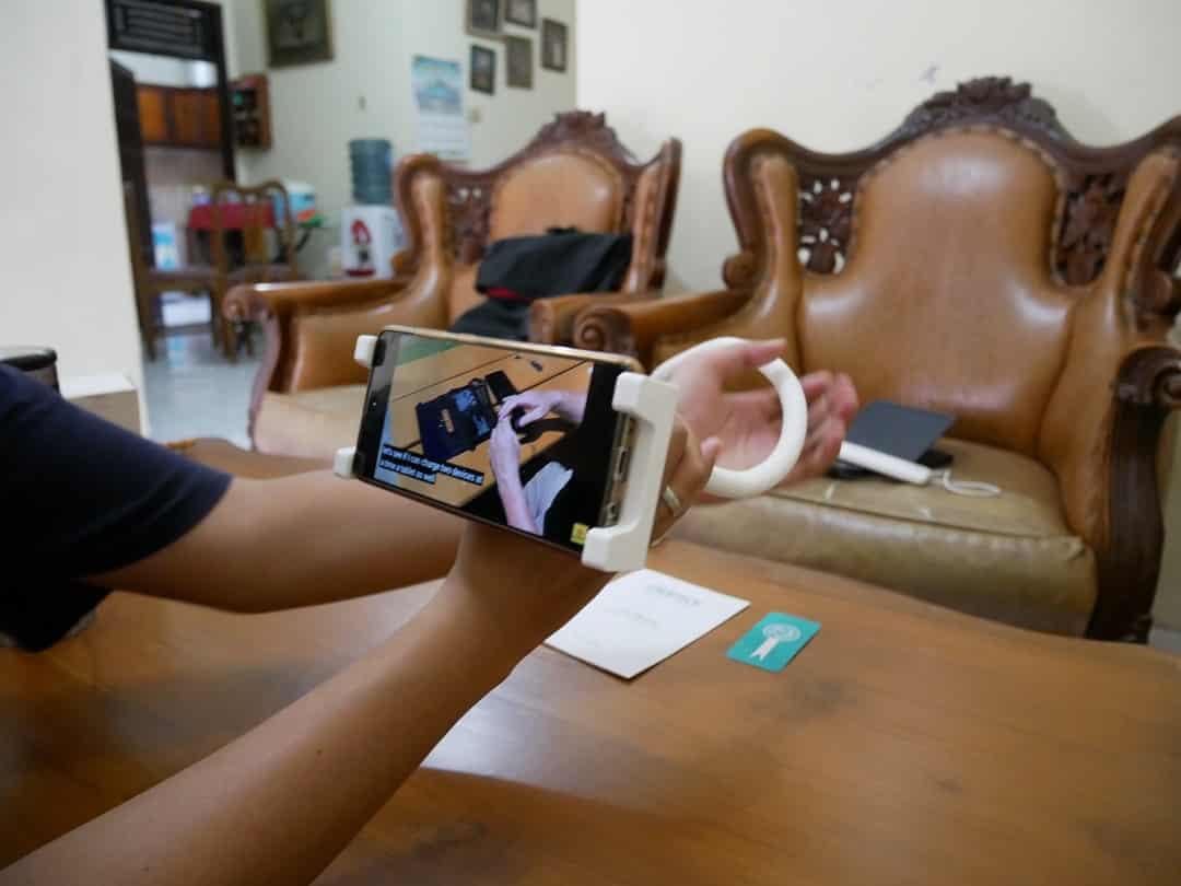 2-in-1 Flexible Phone Holder CHOETECH 7